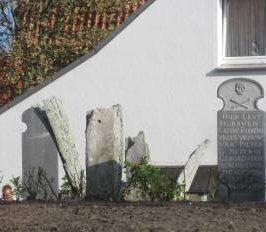 Frisches Grün um die Grabsteine