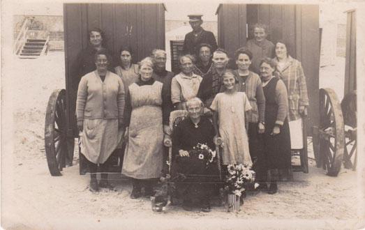 Badefrou Eltje Kuhlmann harr in Julimaand 1926 Geburtsdag un de Bedeinster van't Bad kwammen tau graleiern.