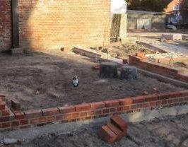 Die kleine Kirchenmauer nimmt Gestalt an.