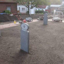 Grabsteine und Kreuze werden instandgesetzt oder als Replik hergestellt.