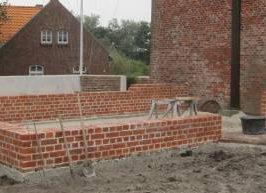 Die Kirchenmauer ist fertig.
